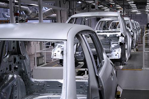 Fließband in einer Autofabrik