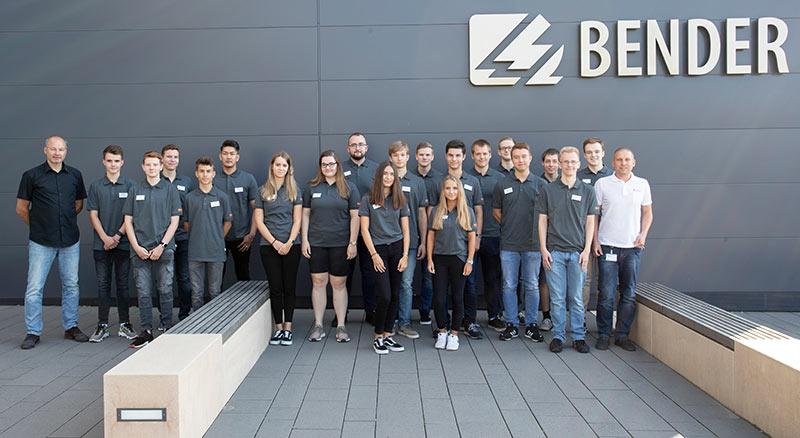 Am ersten August begannen fünf technische Auszubildende in den Berufen Elektroniker für Geräte und Systeme (m/w/d) und Elektroniker für Betriebstechnik (m/w/d), drei Fachinformatiker, drei Industriekaufleute, sieben duale Studenten und ein Jahrespraktikant ihren beruflichen Weg bei Bender in Grünberg. In Siersleben starteten drei technische Auszubildende in den Beruf des Elektronikers für Geräte und Systeme (m/w/d).  In Grünberg wurden die neuen Mitarbeiter zuerst von der Geschäftsleitung und den Ausbildungsleitern begrüßt. Chief Operating Officer Winfried Möll stellte Bender in einer kurzen Unternehmenspräsentation vor. Unsere Fachkraft für Arbeitssicherheit wies in die wichtigsten Sicherheitsvorschriften ein. Daraufhin folgte ein Rundgang über das Firmengelände. Nachdem weitere wichtige Informationen zum Berufsalltag bei Bender an die neuen Auszubildenden, Studenten und Studentinnen und an unseren Jahrespraktikanten weitergegeben wurden, folgte zum Abschluss des ersten Arbeitstages noch ein Austausch mit den anderen Lehrjahren.  Nach einem ersten Tag bei Bender mit vielen neuen Eindrücken und Informationen wurden die neuen Mitarbeiterinnen und Mitarbeiter in den Feierabend entlassen.